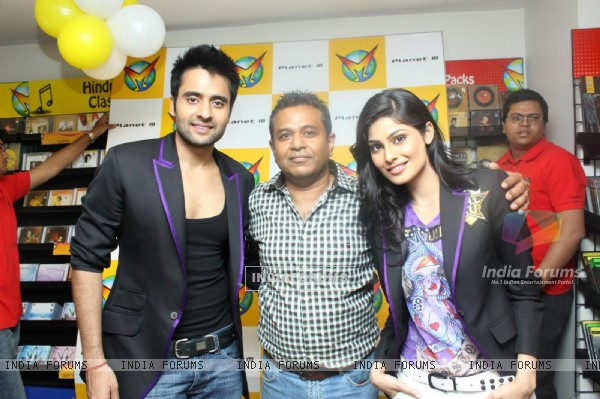Jackky Bhagnani and Pooja Gupta at F.A.L.T.U film music launch at Planet M, Mumbai (124900)