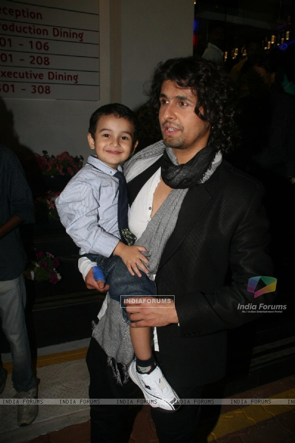 Sonu Nigam with his son at BIG STAR IMA Awards