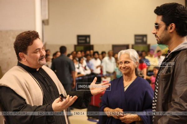 Rishi Kapoor,Waheeda Rahman and Abhishek Bachchan talking to each other