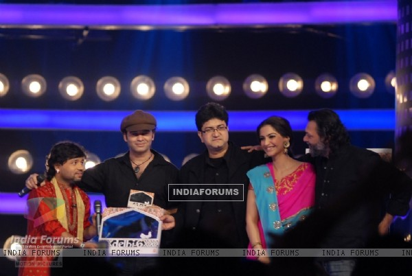 A scene to promote Delhi-6 movie in Indion Idol-4 show (12589)