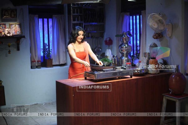 Soha Ali Khan cooking the food