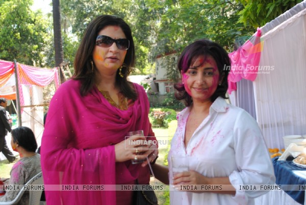 Kunika Lal and Divya Dutta at Ekta, Sanjay and Kiran Holi Party at Versova