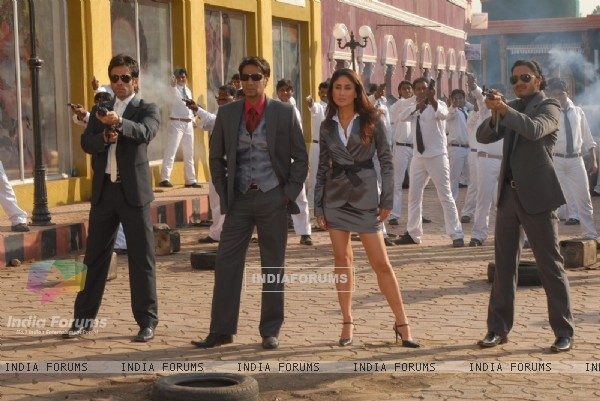 Ajay,Tusshar and Shreyas standing with Kareena
