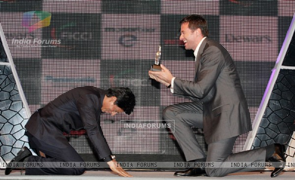 Hugh Jackman honoured Shah Rukh Khan at FICCI Frames Excellence Honours 2011