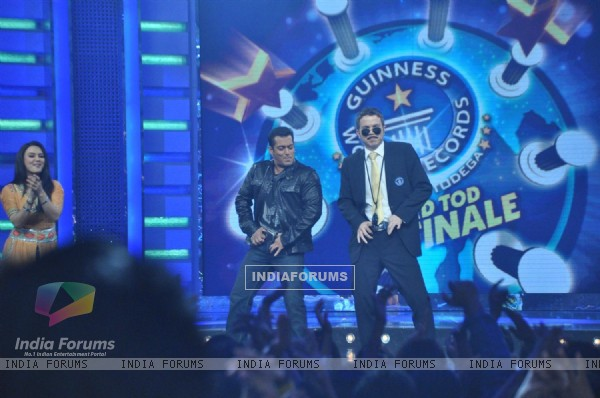 Preity and Salman on the sets of Guinness World Records at RK Studios
