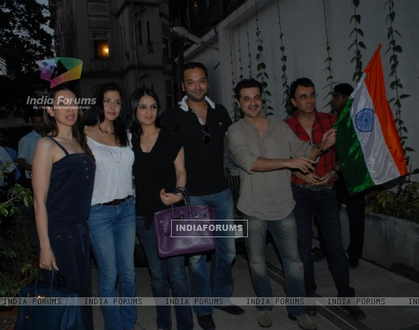 Sanjay Kapoor and Karisma Kapoor at Shahrukh Khan's cricket screening at Mannat