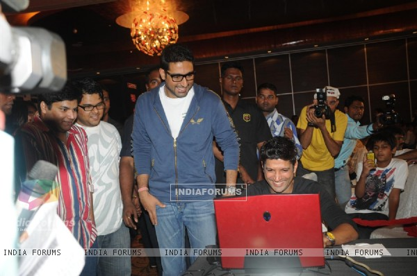 Abhishek and Farhan at Zapak.com Game film event at Novotel (128306)