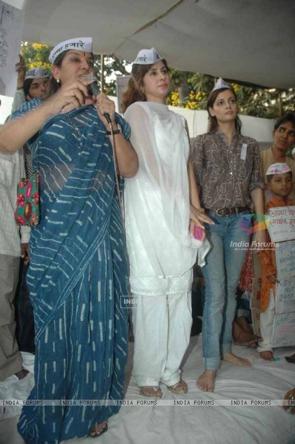 Dia Mirza, Urmila Matondkar and Shabana Azmi support Anna Hazare movement at Azad maidan in Mumbai on Friday Night. .