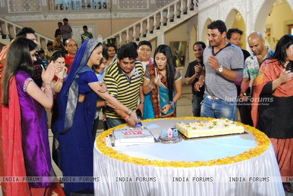 Cake Cutting of Ye Rishta Kya Kehlata Hai for completing 600 episodes