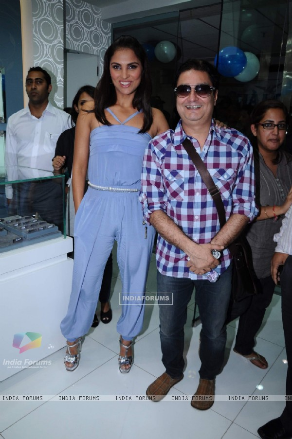 Lara Dutta and Vinay Pathak promotes 'Chalo Dilli' with Asmi Diamonds at Atria Mall. .