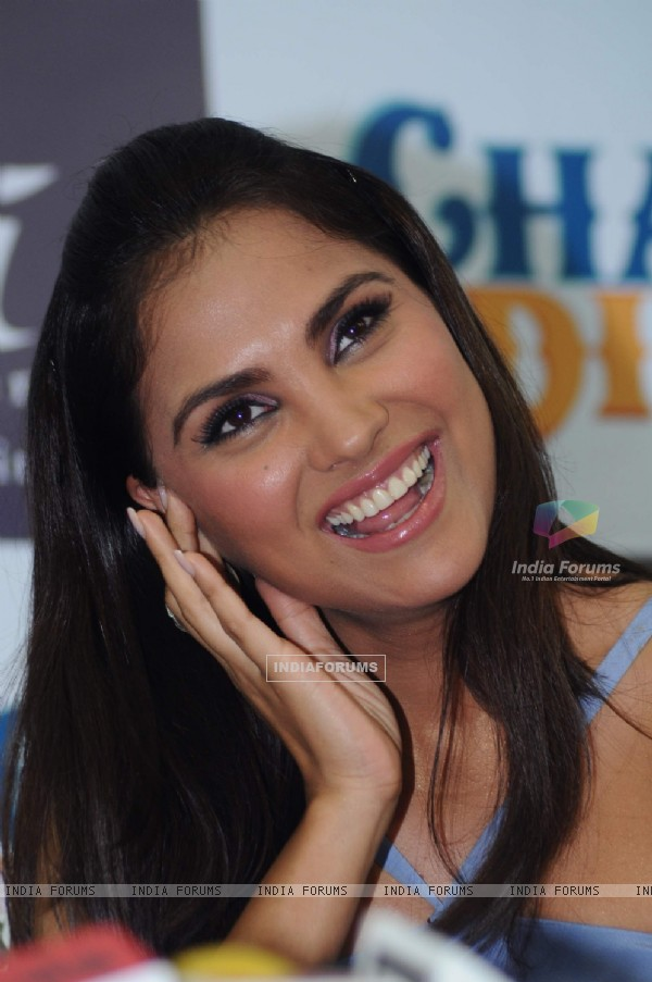Lara Dutta promotes 'Chalo Dilli' with Asmi Diamonds at Atria Mall. .