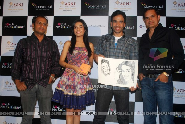 Tusshar Kapoor and Amrita Rao at a promotional event for film Love U... Mr. Kalakaar! at Oberoi Mall (133393)