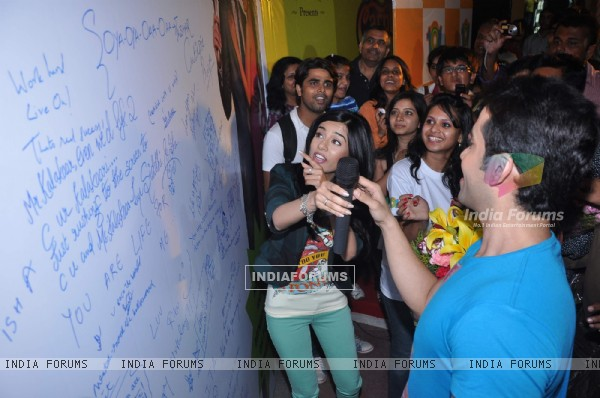 Tusshar and Amrita visit Growel Mall at Kandivli. .