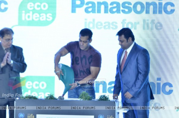 Salman Khan at IIFA PRESS meet to announce Chillar Party Film and Enviorment initiatives, Taj land's