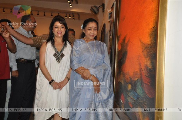 Asha Bhosle inaugration the painting Exbhition artist by Madhuri Bhaduri at Jehangir Art Gallery