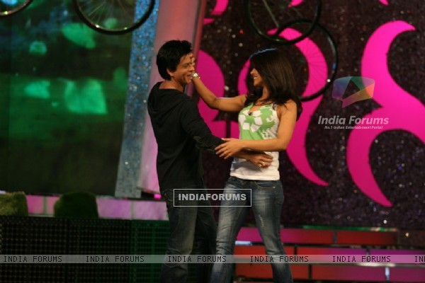 Shah Rukh Khan and Priyanka Chopra dancing on NDTV Greenathon that took place at Yash Raj Studio