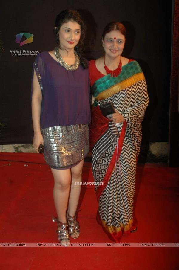 Ragini Khanna with her mother at the Gold Awards at Film City