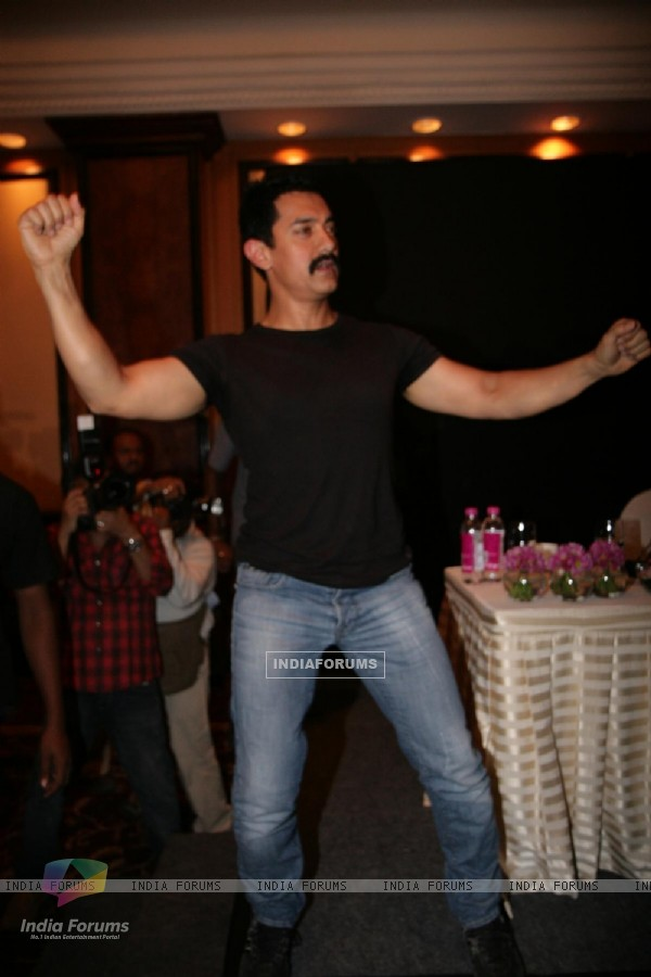 Aamir Khan unveils his item number song in Delhi Belly at Taj Lands End, Bandra, Mumbai