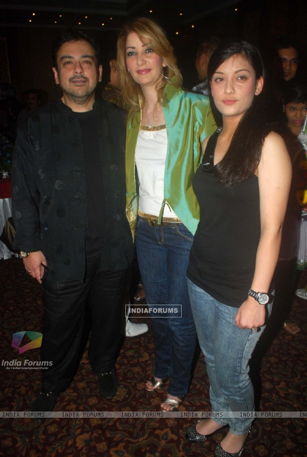 Adnam Sami with wife at Sudesh Bhosle birthday bash