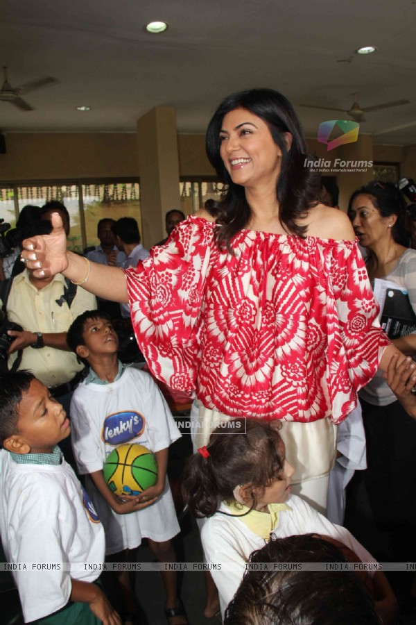 Sushmita Sen of 'I Am She 2011' visited Sunil & Mana Shetty's NGO at Bandra