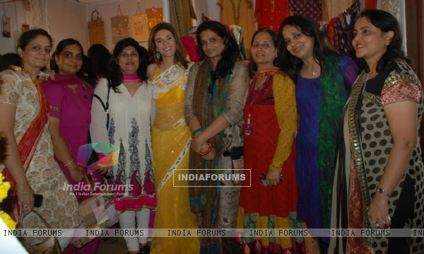 Raageshwari Loomba with Wake Club Bazaar member at DN Nagar(Andheri), Mumbai
