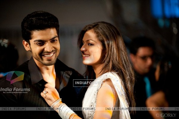 Gurmeet Chaudary as Maan and Drashti Dhami as Geet