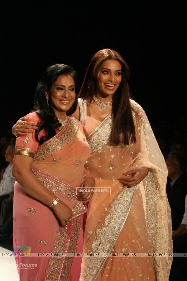 Bipasha with her mother Mamta Basu on the ramp for Neeta Lulla Show at IIJW 2011 at Grand Hyatt