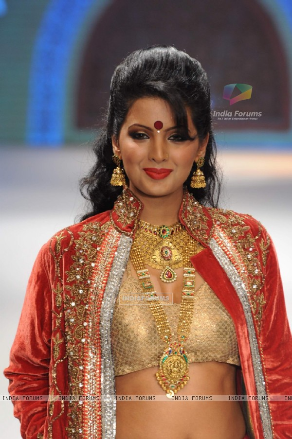 Model walks the ramp for Sangam Chains at IIJW 2011