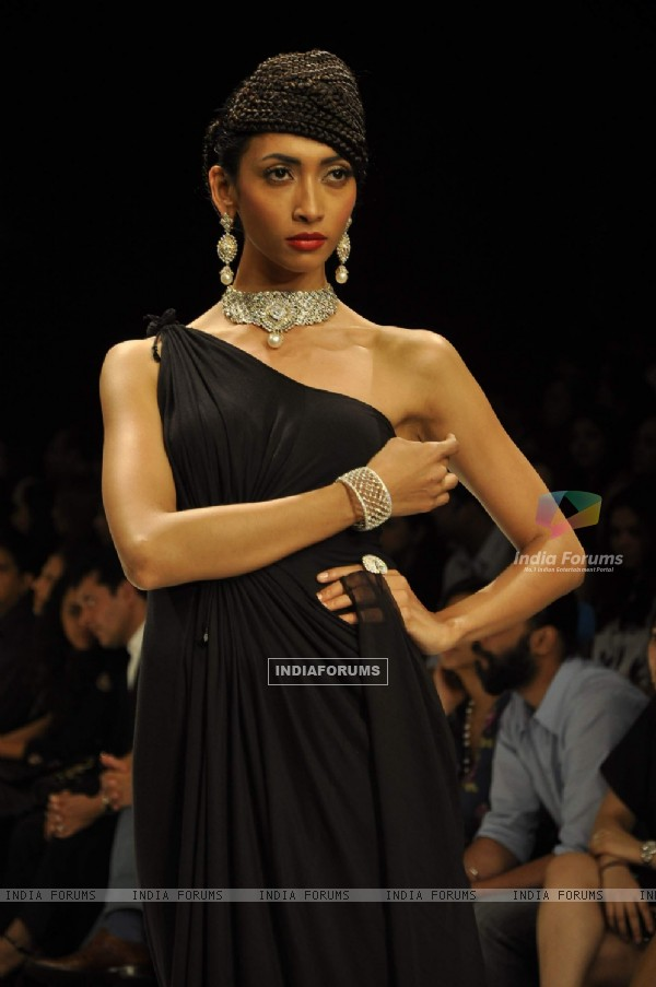 Model walks the ramp for Gehna at IIJW 2011