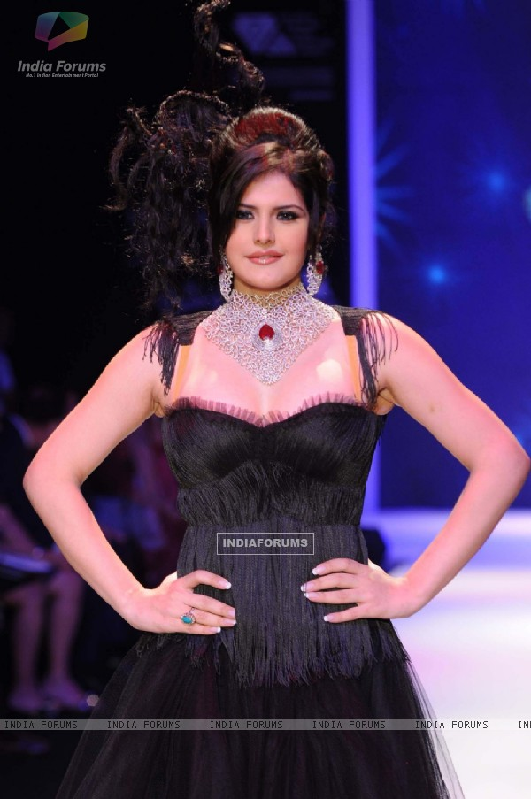 Zarine Khan walks the ramp for Johara at IIJM 2011