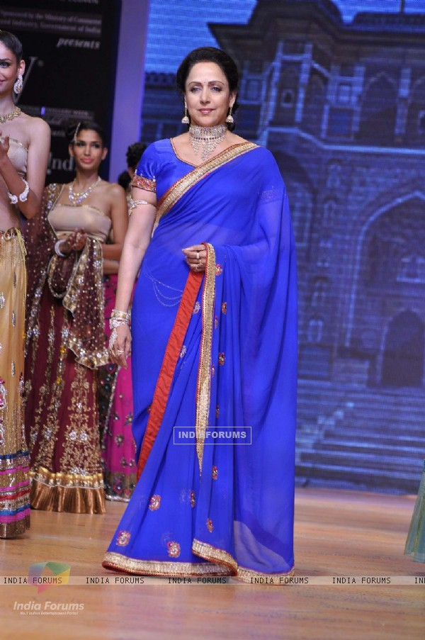 Hema Malini walks the ramp for Scintillating Jewellery at IIJW 2011
