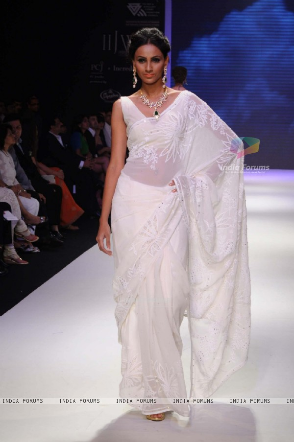 Models walks the ramp for Kays Jewels at IIJM 2011