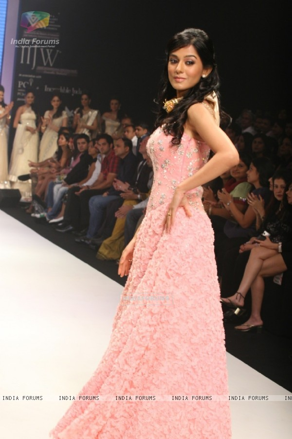 Amrita Rao walks the ramp for Agni Jewellers Show at IIJW 2011
