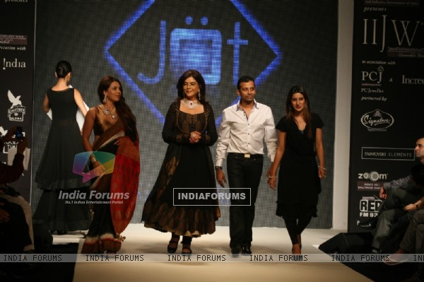 Zeenat Aman and Mahima Chaudhry walk the ramp for Sawansukha Jewellers Show atIIJW 2011