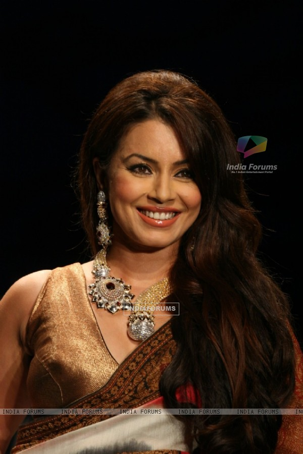 Mahima Chaudhry walks the ramp for Sawansukha Jewellers Show at IIJW 2011