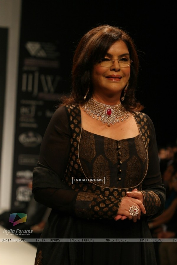 Zeenat Aman walks the ramp for Sawansukha Jewellers Show at IIJW 2011
