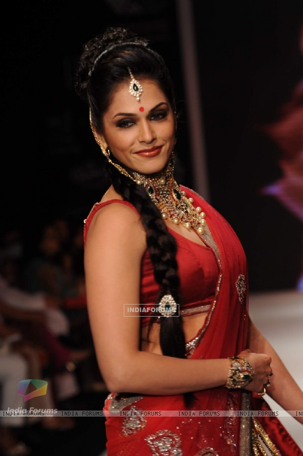 Eesha Kopikar walks the ramp for Kashi at IIJW 2011 Day 4