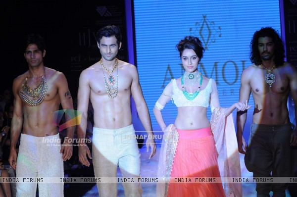 Shraddha Kapoor walks the ramp for Anmol at IIJW 2011 Day 4