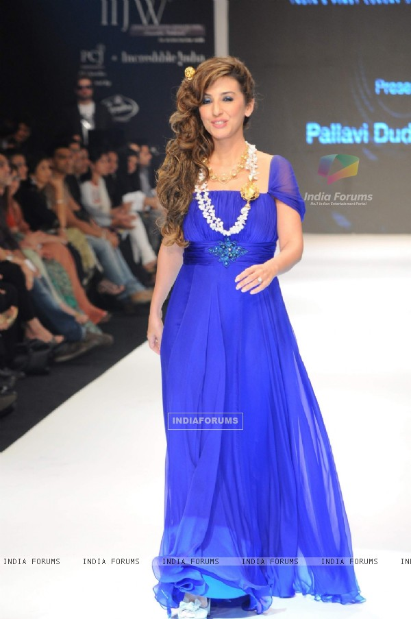 Perizaad Zorabian Irani walks the ramp for Adorn at IIJW 2011 Day 4