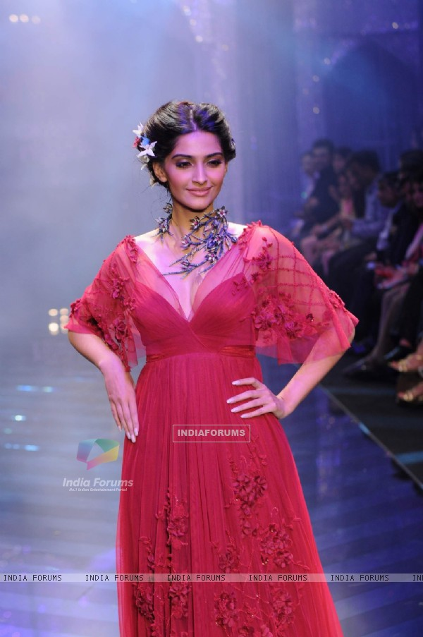 Sonam Kapoor walks the ramp at IIJW 2011 Grand Finale . .