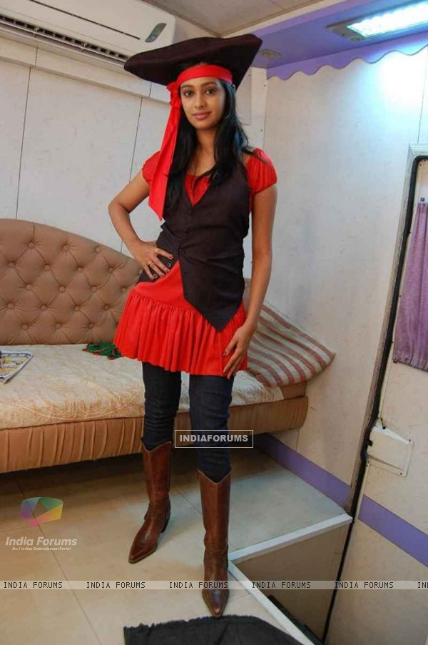 Mugdha as Pirate in Sajan Re Jhoot Mat Bolo set