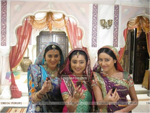 Pratyusha with Smita Bansal & Neha Marda on the sets of Balika Vadhu