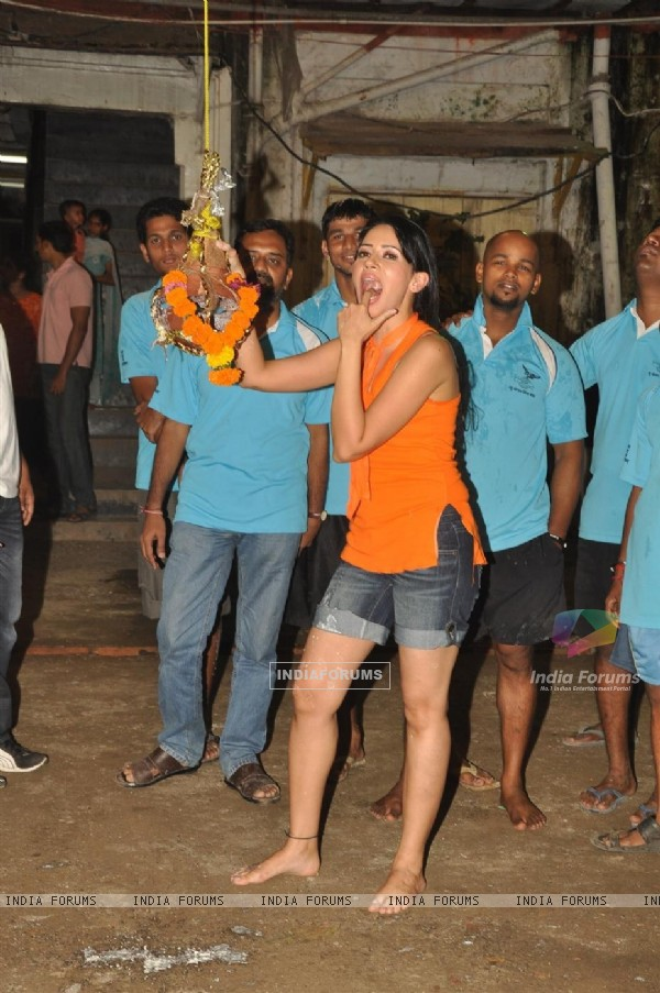 Gladrags Model Rozlyn Khan plays, cheers and breaks Dahi Handi with New Golden Krida Mandal in Worli