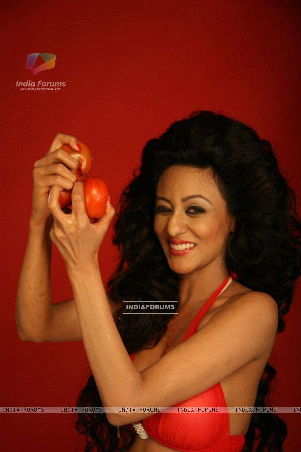 Brand Ambassador of Spanish Tomatina Festival model Vedita Pratap Singh plays with tomatoes and has fun in Mumbai
