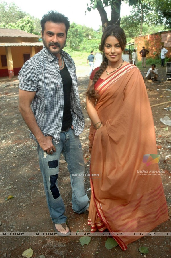 Mahima Chaudhry and Sanjay Kapoor at a shoot for film Mumbhai the Gangsters to support Anna Hazare