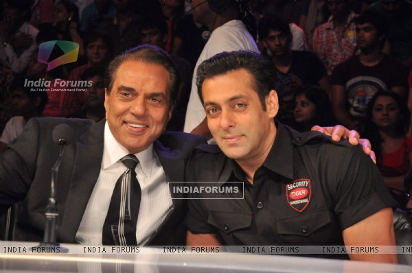 "Dharmendra and Salman Khan promotes Bodyguard on the sets of ""India's Got Talent Season 3"" in Film City. ."