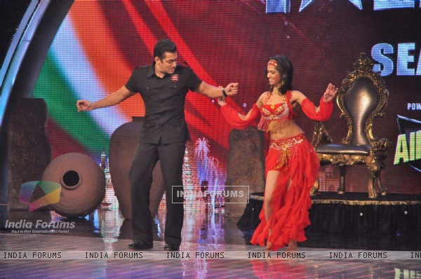 "Salman Khan promotes Bodyguard on the sets of ""India's Got Talent Season 3"" in Film City. ."
