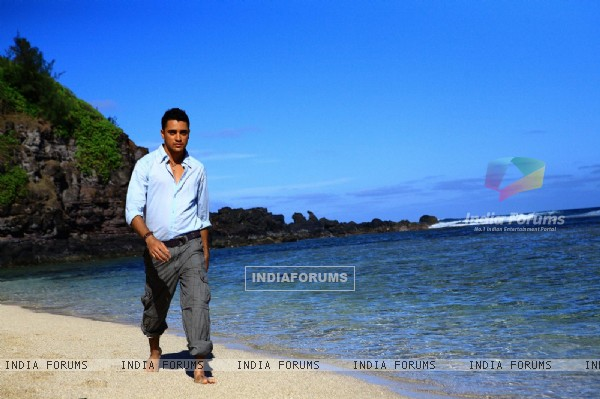 Imraan Khan walking on the beach