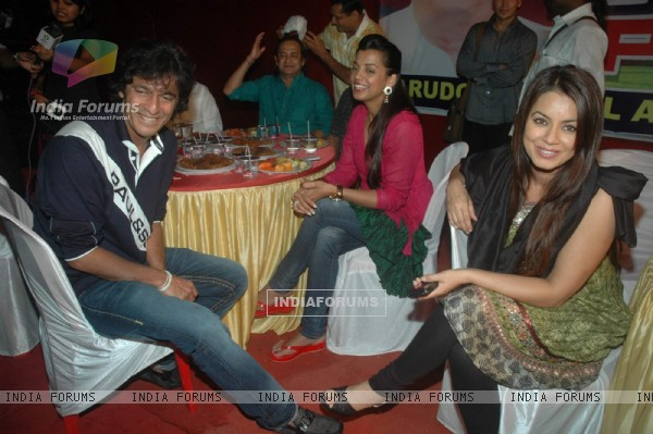 Mugdha Godse, Chunky Pandey and Mahima Chaudhry at Iftar party hosted by Babloo Aziz at Sanatacruz