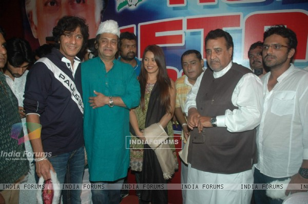 Mahesh Manjrekar, Chunky Pandey and Mahima Chaudhry at Iftar party hosted by Babloo Aziz at Sanatacr
